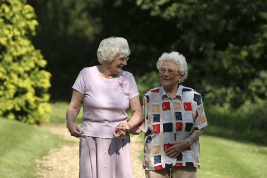 Olderwomenwalking